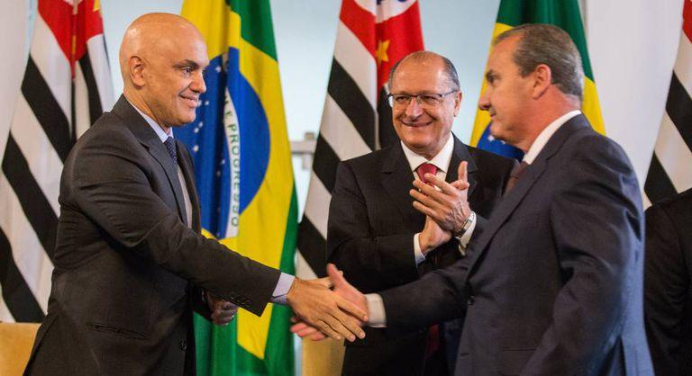Moraes, Alckmin e Mágino Alves, secretário de Segurança em SP em maio, quando ele assumiu o cargo.