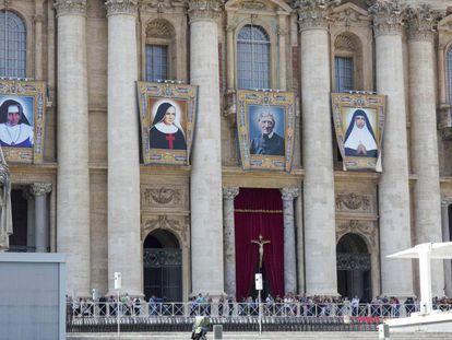 Irmã Dulce está na primeira tapeçaria à esquerda na Basílica de São Pedro.