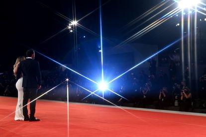 A imagem de Jennifer Lopez e Ben Affleck no Festival de Veneza de 2021 é o símbolo do supercasal: duas pessoas que paralisam um exército de fotógrafos.