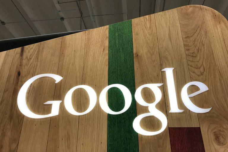 Logotipo do Google numa loja em Los Angeles, Califórnia.