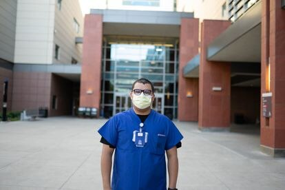 Jonathan Magdaleno, numa imagem cedida por ele, diante do hospital onde trabalha, em Los Angeles.