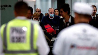 Passageiros usam máscara para prevenir o coronavírus no Brasil.