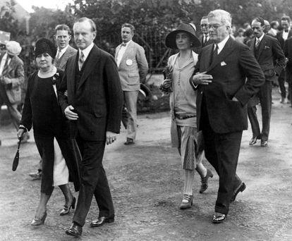 Calvin Coolidge (segundo à esquerda) foi o primeiro e único presidente de EUA a visitar Cuba, em 1928. Na imagem, ele aparece ao lado do então presidente cubano, Gerardo Machado y Morales (à direita), e as esposas de ambos.