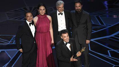 Sebastián Lelio com o Oscar. Atrás, a partir da esquerda, Juan de Dios Larraín, Daniela Vega, Francisco Reyes e Pablo Larraín