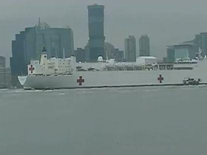 O navio-hospital USNS Comfort entrando na baía de Nova York, nesta segunda-feira. No vídeo, imagens da chegada do navio a Nova York.