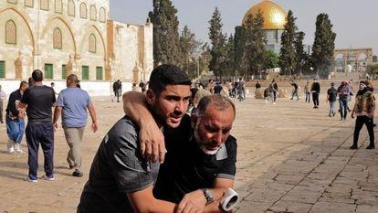 Confrontos entre palestinos e policiais israelenses, nesta segunda-feira, na mesquita de Al Aqsa, em Jerusalém. Em vídeo, as imagens dos confrontos.