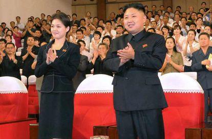 O líder norte-coreano, Kim Jong-um, com sua mulher, Ri Sol-ju.
