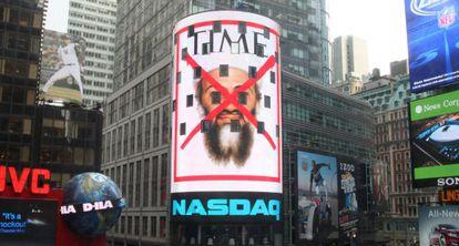 Capa da revista 'Time' dedicada à morte de Bin Laden, num prédio em Nova York.