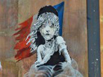O artista pinta um grafite em frente à embaixada francesa em Londres para denunciar agressão policial na chamada Selva de Calais