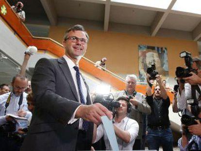 O candidato verde Alexander Van der Bellen e o ultranacionalista Norbert Hofer têm cerca de 50% cada um após contagem. A disputa é tão acirrada que será decidida pelos votos enviados pelo correio