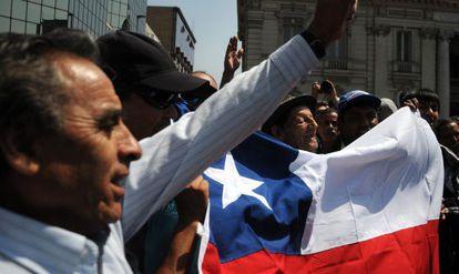 Grupo de chilenos durante protesto, em Santiago do Chile.