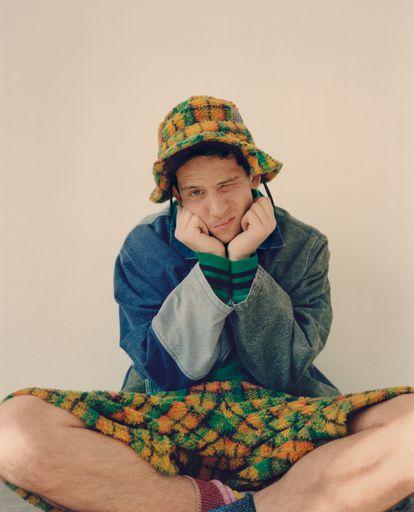 Josh O'Connor posa com exclusividade para a ICON vestindo a nova coleção Eye/LOEWE/Nature da Loewe.