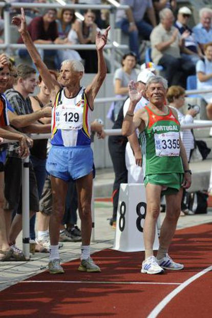 Emiel Pauwels comemora durante o Campeonato Europeu de Atletismo de 2012, aos 95 anos.