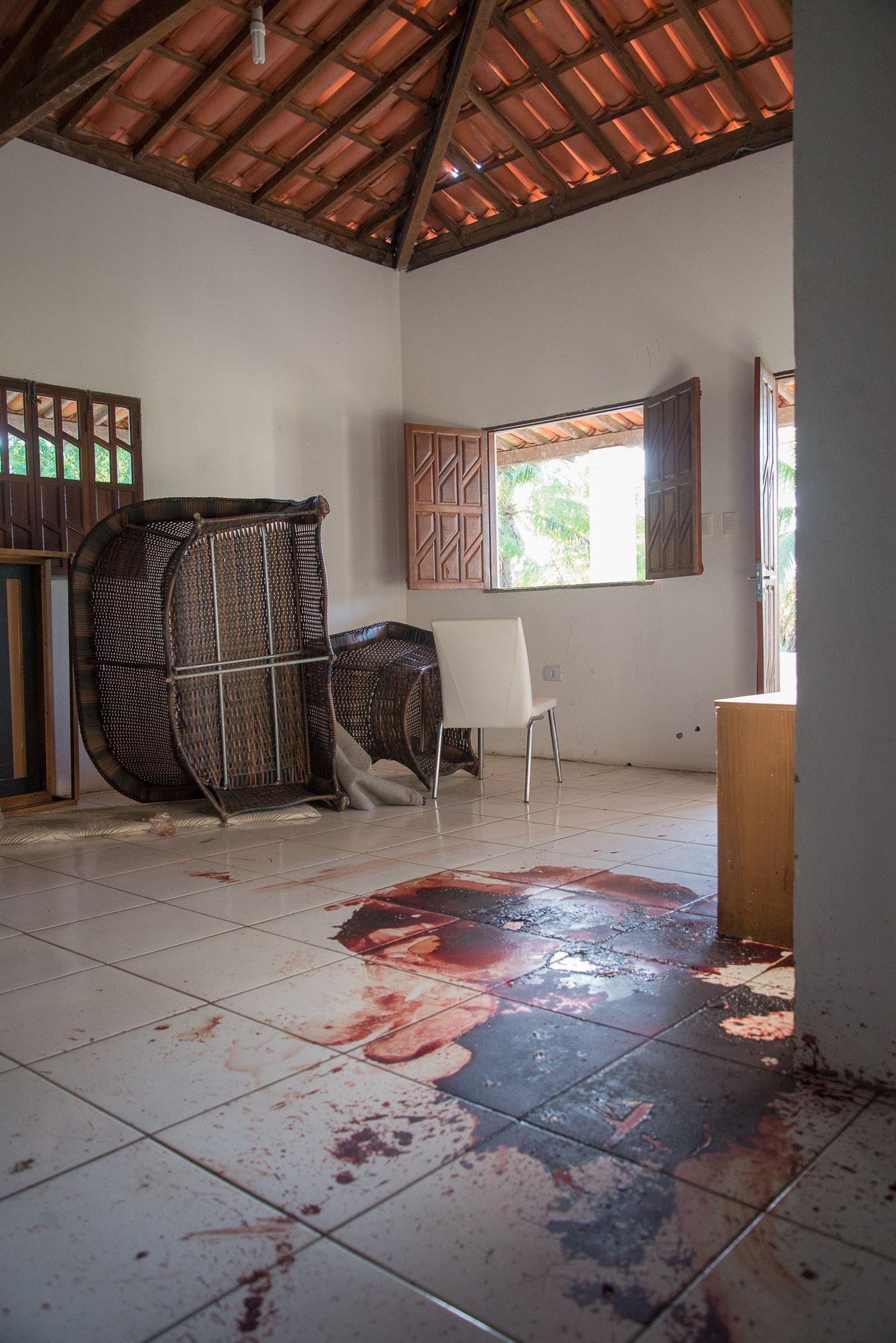 Mancha de sangue em casa em Esplanada (Bahia), onde Adriano Nóbrega foi morto.