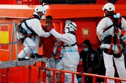 Cruz Vermelha ajuda criança a descer do barco no porto de Arguineguín (Gran Canaria) nesta quarta-feira.