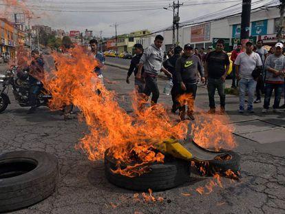 Taxistas queimam pneus e interrompem o tráfego como forma de protesto no Equador.