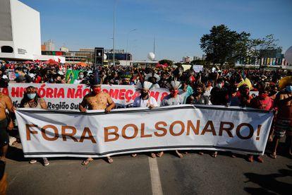 Manifestantes protestam contra Bolsonaro em Brasília, na manhã deste sábado, neste que é o segundo ato contra o Governo e a condução federal da pandemia.