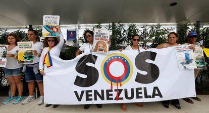 Um grupo de venezuelanos no aeroporto de Cancun, antes da Assembleia da OEA.