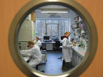 Funcionários do Instituto da Virologia da Universidade Philipps, em Marburg (Alemanha), que pesquisa uma vacina contra o coronavírus.
