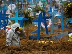 19 May 2020, Brazil, Manaus: A man digs a mass grave for coronavirus victims at the cemetery Nossa Senhora Aparecida. Photo: Lucas Silva/dpa   19/05/2020 ONLY FOR USE IN SPAIN