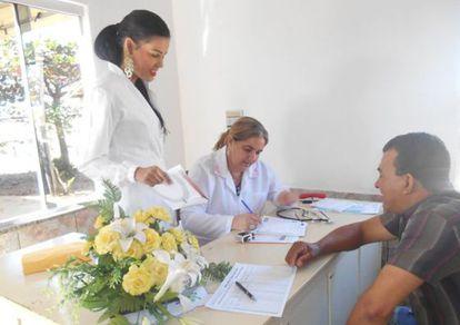 A doutora Nancy (à direita) no consultório de Guaraíta (Goiás).