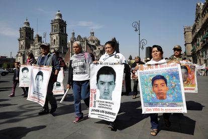Familiares dos 43 estudantes desaparecidos em 2014 na localidade mexicana de Ayotzinapa se manifestam na Cidade do México, em janeiro.