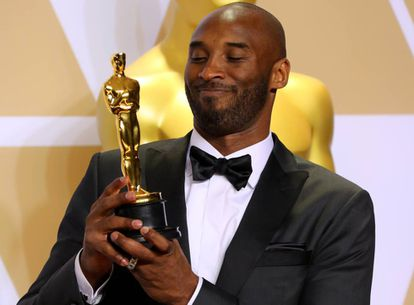 Kobe Bryant com o Oscar de Melhor Curta de Animação.