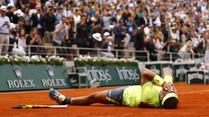 Nadal comemora a vitória contra Thiem na final de Paris. Em vídeo, fragmento do jogo.