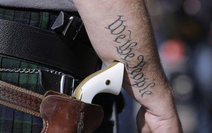 Homem porta arma fora do Capitólio de Austin, no Texas, em 2015.