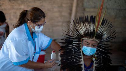 O chefe indígena Jurema Nunes recebe uma dose da Coronavac, a vacina chinesa da Sinovac Biotech, na cidade de Maricá, no Estado do Rio de Janeiro, em janeiro.