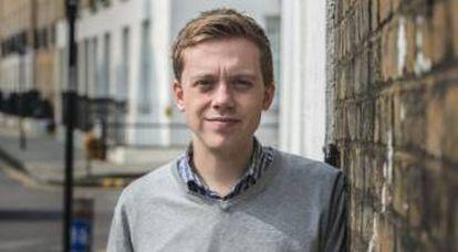 O escritor Owen Jones posa para a entrevista em