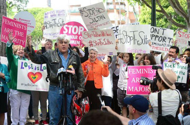 O apresentador de televisão Jay Leno, em um dos múltiplos protestos em frente ao hotel Beverly Hills.