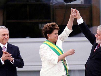 Primeira posse de Dilma Rousseff, que recebe a faixa de Lula ao lado do vice, Michel Temer.