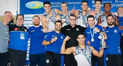 Equipe masculina do Pinheiros comemora o hexacampeonato na ginástica artística.