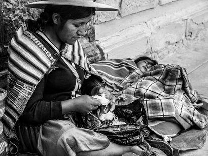"""""""O Departamento de Potosí é o mais pobre de Bolívia, que por sua vez é o país com mais miséria da América do Sul. Encontra-se ao sul e é uma zona muito difícil de habitar devido à altitude e ao seu tempo inclemente. Suas espetaculares paisagens, as mais belas que jamais vi, contrastam com a pobreza de seus habitantes. Sua vestimenta é muito típica e é muito fácil de identificar. Na foto, uma mãe de Potosí tece pulseiras. Embora estivesse com suas crianças na rua, vendia seu artesanato e não me deixou retratar de perto a suas filhas. Disse-me que podia fazer uma foto dela em troca de alguma peça""""."""