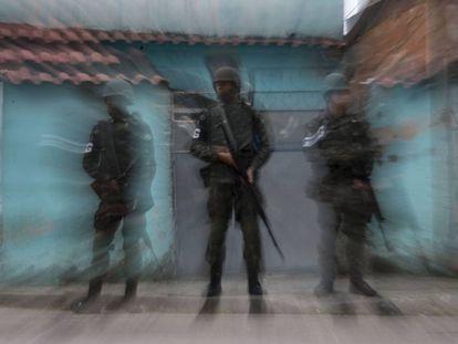 Soldados do Exército patrulham a Vila Kennedy, no Rio.