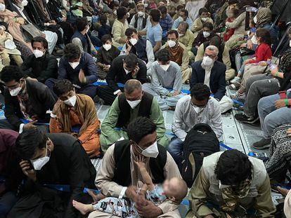 Refugiados afegãos em um avião da Força Aérea espanhola, no trajeto entre Cabul e Dubai. Em vídeo, imagens aéreas do aeroporto.