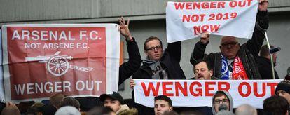Torcedores do Arsenal pedem a demissão de Wenger no jogo contra o Brighton.