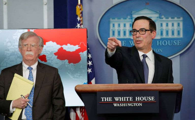 O secretário do Tesouro, Steven Mnuchin (à direita), e o conselheiro de Segurança Nacional, John Bolton, na segunda-feira na Casa Branca.