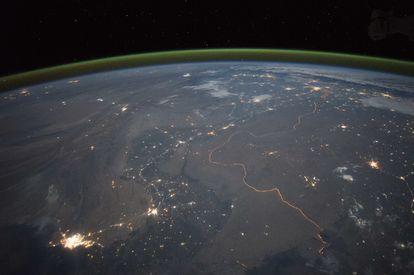 Imagem da linha verde sobre a Terra, ao fundo, que indica a existência de oxigênio.