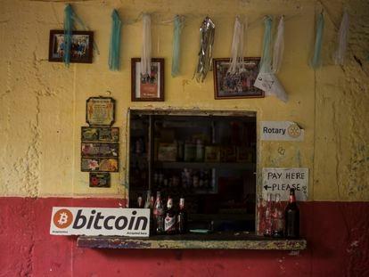 A pequena loja de Roxana à beira-mar na praia El Zonte recebe Bitcoin desde esta semana.