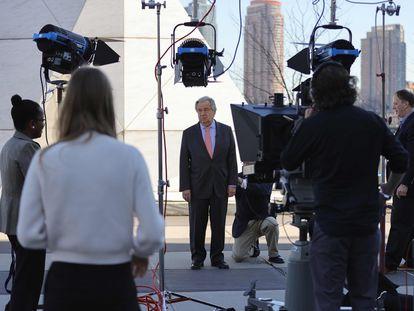 António Guterres visita, em 9 de março, um monumento contra a escravidão na sede da ONU, em Nova York.