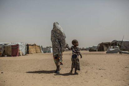 Uma mulher e sua filha no campo de refugiados de Kinyani.