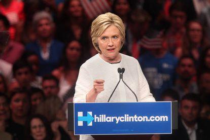 Hillary Clinton dirige-se a seus seguidores em um mitin em New Camisola.