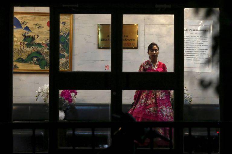 Garçonete vestida com traje tradicional da Coreia do Norte, em 12 de abril num restaurante em Pequim.