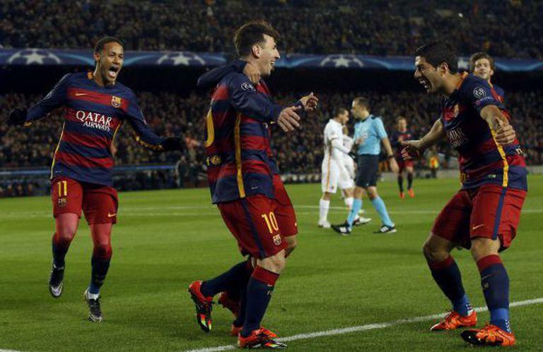 Messi comemora gol com Suárez e Neymar