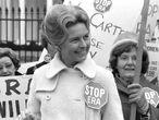 La activista Phyllis Schlafly manifestándose contra la Enmienda por la Igualdad de Derechos frente a la Casa Blanca el 4 de febrero de 1977.