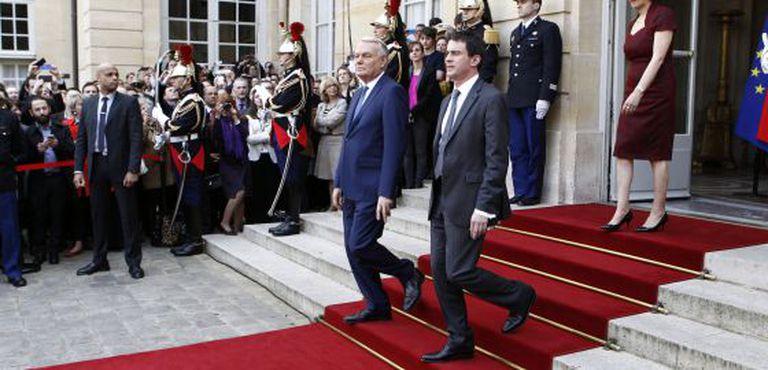 O antigo primeiro-ministro Jean-Marc Ayrault (e) e o novo chefe de Governo, Manuel Valls, nesta terça-feira em Paris.