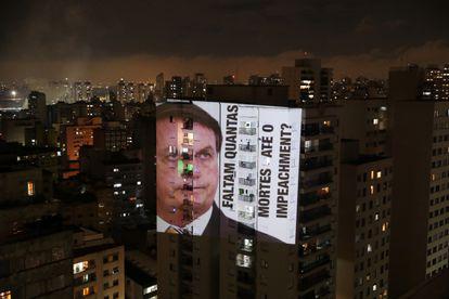 Imagem de Bolsonaro é projetada em prédio de São Paulo durante o panelaço da última sexta-feira.