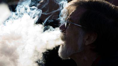 Homem fuma cigarro eletrônico durante protesto contra a proibição pelos EUA do uso de sabores nesse tipo de produto, em Washington.